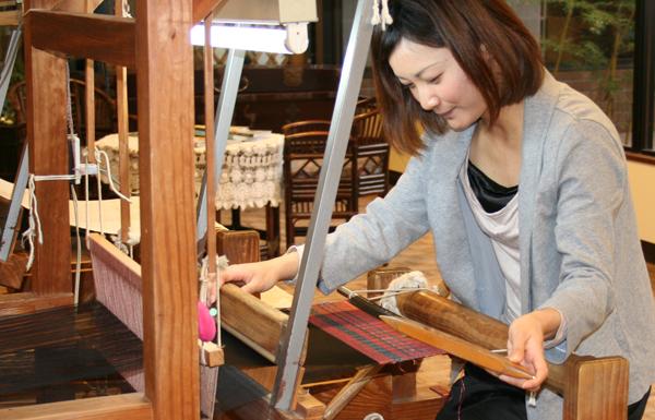 大島紬手織り機による織り体験の様子