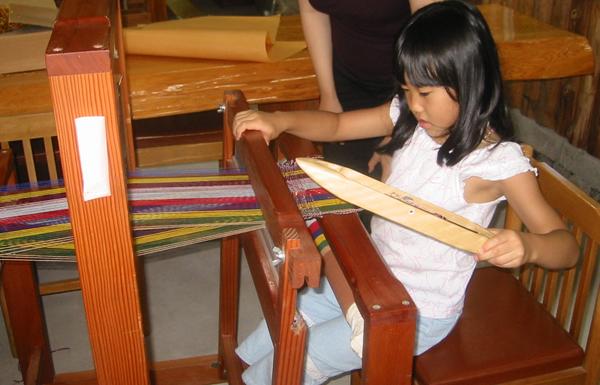 初心者向けの手織り機による織り体験の様子